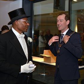 En ineens voel je je dan een tikje underdressed. Burgemeester Sander Schelberg hangt snel zijn ambtsketting om.