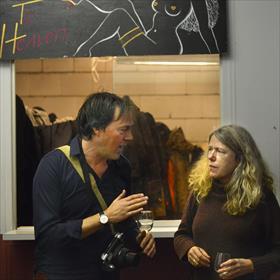 Met een echte Urban garderobe. Menno Hartman (Van Oorschot) en Sarien Zijlstra (School der Poëzie).