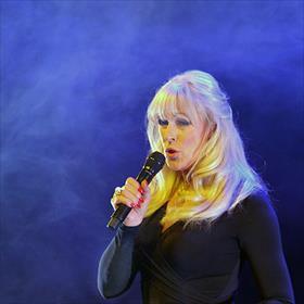 Is dit dan een robot beweegt als een mens? Nee, dit is de supersympathieke Marga Bult, presentatrice en zangeres. (Denk: 1987. Eurovisiesongfestival. Recht door de wind. Eervolle vijfde plek.)