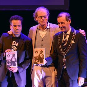 Fotomomentje: Frank Krake overhandigt eerste exemplaren aan de burgemeester en aan Jeffrey Spalburg (cabaretier en oud-Hengeloër).