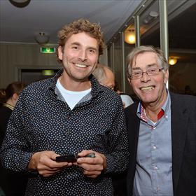 Allard Steenbergen (eigenaar Godert Walter), Carel Zuil (klant). 'Ik kijk wel rond bij andere boekwinkels maar ik koop alleen bij Godert Walter.'