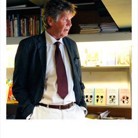 Wim Bosch (bedrijfsleider boekhandel Pagasus) is gastheer vanavond.