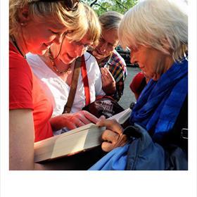 Nicole de Boer (docent Russisch) krijgt hulp: men zoektnaar schuttingwoorden in een Sovjet woordenboek. Njet.Karel van het Reve zei het al: 'Een Sovjetmens heeft geen onderlijf.'