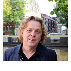 De boekenvakker met demeeste werkplekken - nl vier bureausén een keukentafel thuis: Adriaan Langendonk (Stichting Lezen).