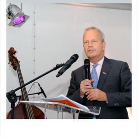 Even officieel: Jan Hoekema (bestuursvoorzitter Nederlands Letterenfonds) bijt het spits af.