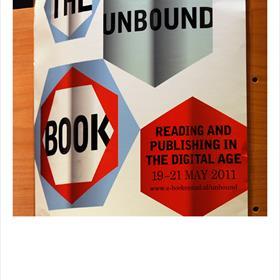 De litterauur is er nog zo slecht niet afgekomen. Theo Bijvoet (hoofd sector Letteren en Bibliotheken, OCW) , Carla de Rooi (senior beleidsmedewerker directie Media, Letteren en Bibliotheken OCW ), Henk Pröpper.