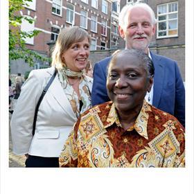 Machteld de Vries (secretariaat/receptie Nederlands Letterenfonds), Joyce Bonaparte (huismeester Letterenhuis), Pieter de Jong (bestuurslid Nederlands Letterenfonds).