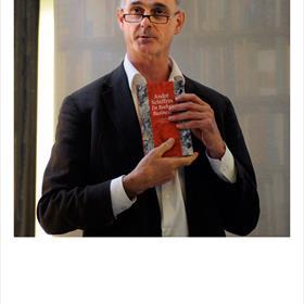 Koen van Gulik (uitgever Wereldbibliotheek) presenteert zijn boek: De boekenbusiness. Over de gevolgen van uitgeversconcerns die 'marktconforme' rendementen eisen.