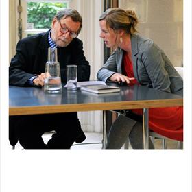André Schiffrin blijft op de hoogte via Kirsten Krooman (tolk en medewerker pr Wereldbibliotheek)