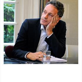 Pieter Steinz (chef boeken NRC) 'Wij merken niet dat 't slecht gaat. Er komen nog steedsveel meer boeken binnen dan we kunnen bespreken.'