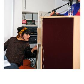 VERSTERKING: Linda Hirzmann (medewerker uitgeverij De Brouwerij en grafisch ontwerper) vindt de volumeknop van de geluidsinstallatie. ZACHTER!