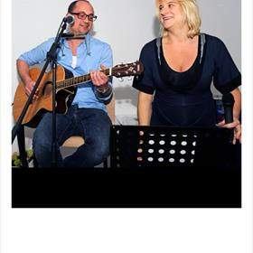 MUZIKAAL intermezzo:duo Juisy(Judith Faas, zang en Sytse Bakker, gitaar)brengt het nummer 'Gebroken bloed',speciaal voor deze gelegenheid gecomponeerd.