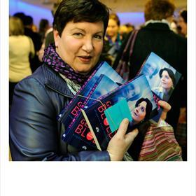 SUPERZUSTER 2: Carla van Gent (verpleegkundige afdeling C06 P Hematologie) neemt ook wat boeken mee voor de collega's.