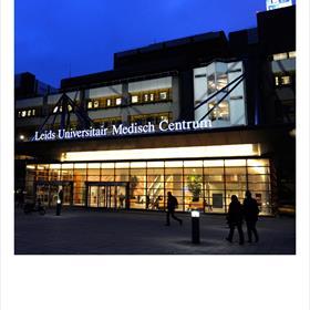 ONGEBRUIKELIJKE locatie voor een boekpresentatie: Het LUMC in Leiden.Maar dit is de plek waar Lisa Hilders haar acute leukemie overwon. En daar gaat haar boek over.
