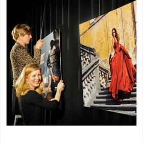WATERPAS - Barbara Pinxter (eigenaarStudio Angel),Guyonne Schutz(assistent). Op de foto: Apollonia van Ravenstein (1985). Foto's: Bart van Leeuwen.