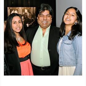SPIJT? - Mithu Maboob Djahan met twee van zijn vijf dochters. Hij was rond 1977 Van Leeuwen's assistent. Tegenwoordig is hij accountant.
