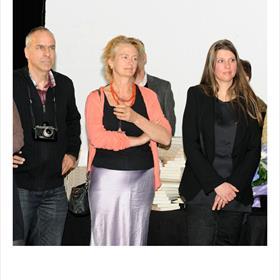 LUISTEREN - Gerard Wessel (fotograaf), Christien Vreeke (rechter),Irah van Deurzen (talentscout en echtgenote van Bart van Leeuwen).