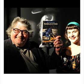 DE MAN & ZIJN BOEK - Bart van Leeuwen (auteur), Linda Hirzmann (art director, uitgeverij De Brouwerij). 'Nabelichting' bevatgeen plaatjes, maar tekst. Over zijn leven,als glamourfotograaf en over leven met Myasthenia Gravis.