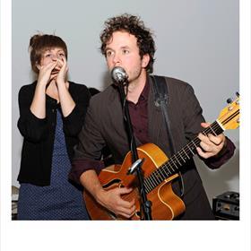Elma Plaisieren Rikke Korswagen van de Rotterdamse band 'Half Way Station'.