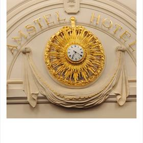 We zitten in een recessie, ja. Maar nu is het even feest: de uitreiking van de Libris Literatuurprijs voor het beste boek van 2011 in het Amstel Hotel in Amsterdam.