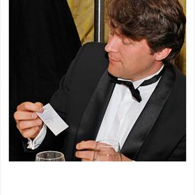 Thomas van den Bergh (redacteur Bezige Bij) met de voorspelling van de winnaar van tafel 5. Er is een duidelijke favoriet.