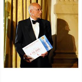 DE MAN met de cheque: Paul Kleyngeld (voorzitter Stichting Literatuur Prijs).