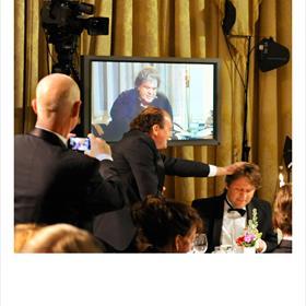 Jij ook gefeliciteerd! Thomas van den Bergh krijgt een aai over de bol van Henk Pröpper (directeur De Bezige Bij).