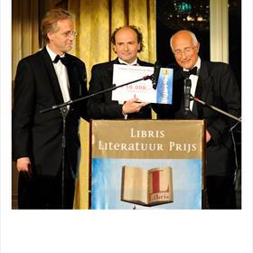 Een stemmige prijsuitreiking deze keer. Robbert Dijkgraaf (juryvoorzitter), Henk Pröpper (namens A.F.Th. van der Heijden) enPaul Kleyngeld (voorzitter Stichting Literatuur Prijs).