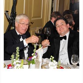 Op een terechte winnaar. Herman Tjeenk Willink (oud-juryvoorzitter Libris Literatuurprijs 2002), Eppo van Nispen tot Sevenaer (directeur CPNB).