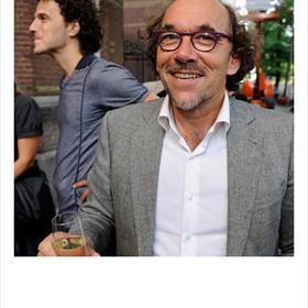 Jaap de Jong(hoogleraar Journalistiek en Nieuwe Media, Universiteit Leiden) heeft net 'Spreken als Max Havelaar' ingeleverd.Op de achtergrond Leon Bloemendaal (ontwerper).