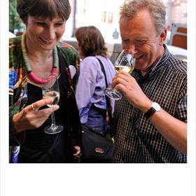 De Pouilly Fuméwordt goedgekeurd.Ruik die groene appel, bessen en citrus! Lidewijde Paris (uitgever) en Onno Kleyn (culinair journalist).