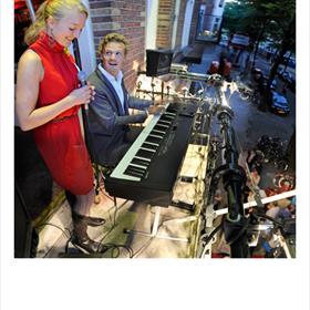 Balkonmuziek: zangeres Sietske Roscam Abbing en pianist Erik Verwey.