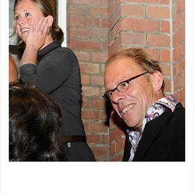 Op de trappen: Cathelijn Schilder (auteur 'Eerst een huis' - presentatieseptember 2012) , F. Starik (dichter/schrijver).