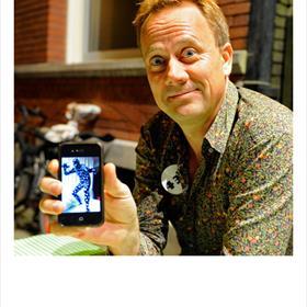 Hans Kennepohl (journalist/filosoof) toont zijn stippenpakje. 'Kun jij ook gewoon huren.'