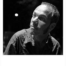 'Ik zie er het beste uit in korrelig zwart wit' - Toon Dohmen (vertaler). Bij dezen.