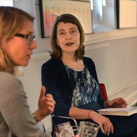 Liddie Austin (journalist) interviewt Elle van Rijn (auteur, actrice).