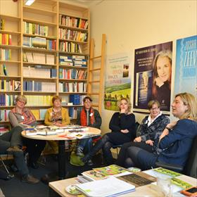 Tanja Hendriks (uitgever Artemis)praatleesgroep Doornroosje (uit Doorn) bij over trends en bestsellers.