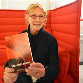 'Dat komt mooi uit, meneer Herschdorfer.'Marie-Thérèse Boterman (auteur/uitgever van 'De rode muur').