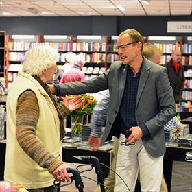 Boekhandelaar Herman begroet oude bekenden.