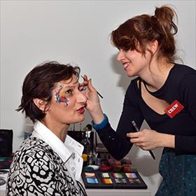 Lidewijde Paris (uitgeefdirecteur Nw A'dam)onder handen bij Anita Horváth (Hanita Face & Body Paint) voor de finishing touch.