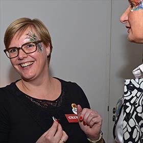 Anne Rasmussen (verkoopleider Nw A'dam) maakt de creatie af met wat welgekozen buttons.