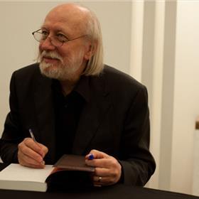 Krasznahorkai signeerde boeken van vele enthousiaste lezers.