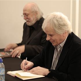 Een mooi moment: Peter Bieri en László Krasznahorkai signeren samen.