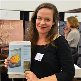 Er wordt wat geopend, vandaag de dag. Rutger van der Velde en Ad van der Peek (eigenaars Van der Velde) begroeten Willeke van der Meer (eigenaar boekhandel Kooyker).