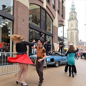 Feest in hartje Groningen: Boekhandel Van der Velde opent de tweede vestiging indePronkjuweel van het Noorden. Met Johnny& the Gangsters of Love.