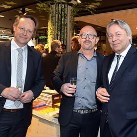 Een béétje opening vraagt om een hoogwaardigheidsbekleder. EigenarenRutger van de Velde, Ad Peek en Peter den Oudsten (burgemeester van Groningen).