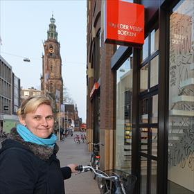 Aan de andere kant kun je de Martinitoren ook zien. Lucia Driessen (oud-medewerker boekhandel Edzes, nu student opleiding bibliotheekmedewerker).