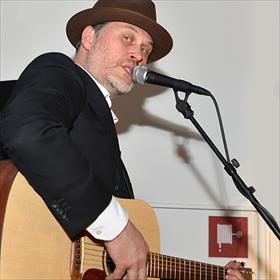 Bert Hadders (Groninger muzikant), solo. Check out zijn albumDe Bosklopper Tapes.
