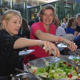 Er isbijna sprake van een run op de salades. Femke Geurts (redacteur Kinderboeken) staat in de voorhoede.