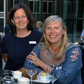 Vriendschap anno 1990. Ingrid Meurs (literaire dienstverlening), Monique Oosterhof (Mo Literary Services).